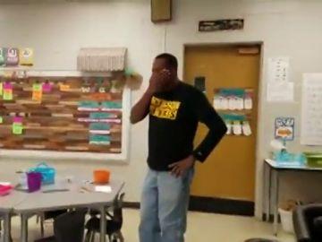El emotivo 'Cumpleaños feliz' de unos niños al conserje de la escuela en lengua de signos