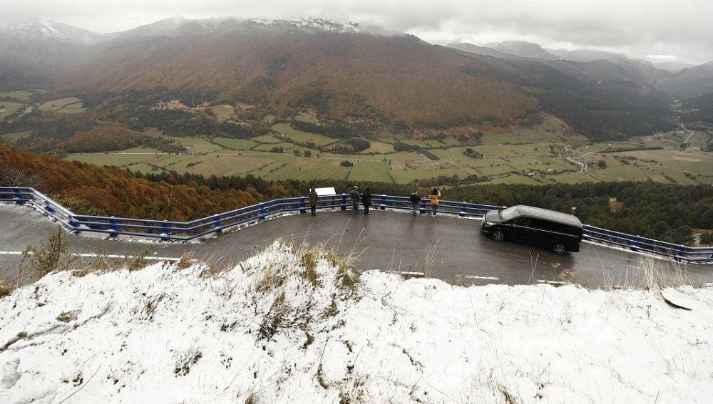 Un grupo de personas observan desde un mirador el valle de Belagoa