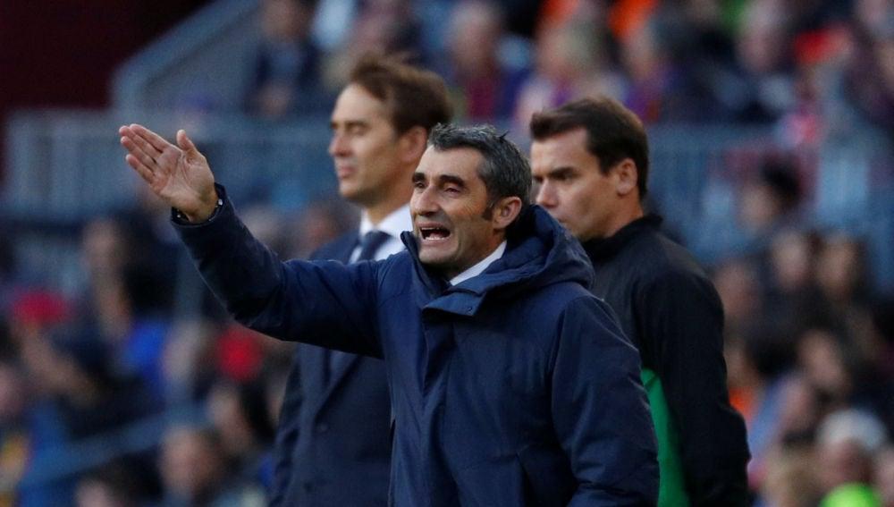 Valverde da instrucciones a sus jugadores en el Camp Nou