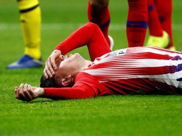 Giménez se duele en el suelo durante el partido contra el Dortmund