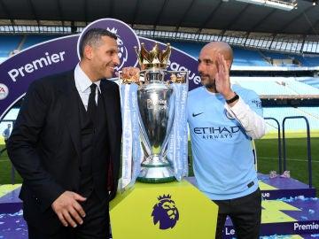 Khaldoon al-Mubarak, presidente del Manchester City, junto a Pep Guardiola