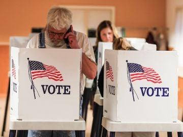 Ciudadanos ejercen su derecho a voto en Lake Villa, Illinois