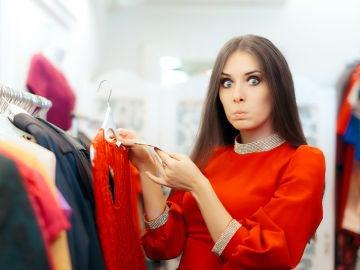 Una mujer se sorprende al ver el código de barras de una etiqueta