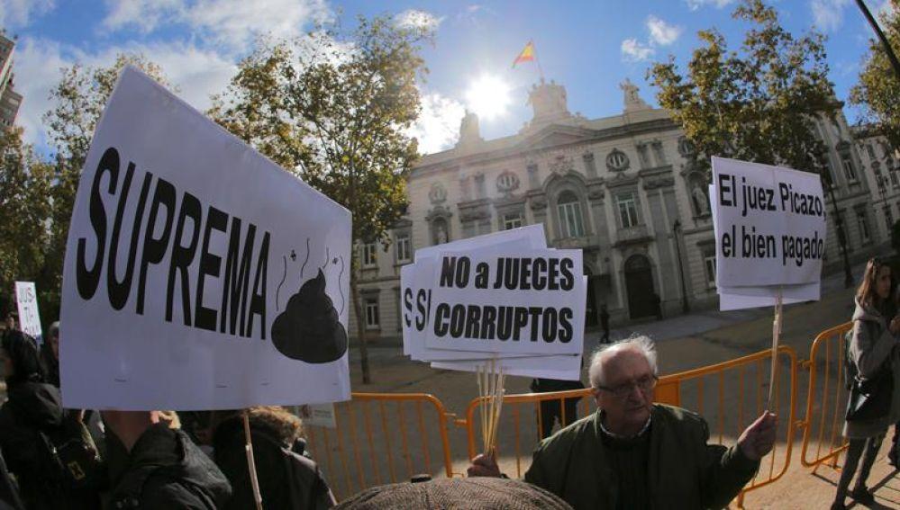 Un grupo de manifestantes protesta contra la decisión del Tribunal Supremo sobre las hipotecas