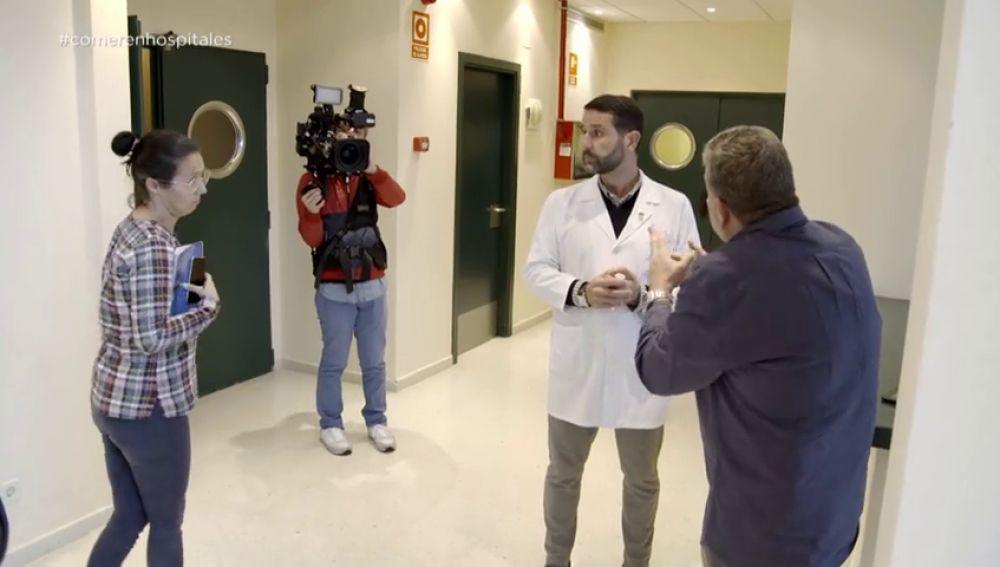 Titubea y recibe pautas de la jefa de prensa: la incómoda situación de un gerente de hospital para justificar la comida que sirven