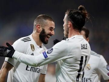 Benzema celebra uno de sus goles contra el Viktoria Plzen con Bale