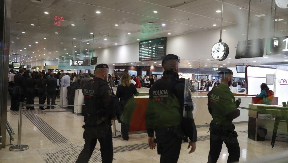Agentes desalojan la estación de Sants por un aviso de bomba