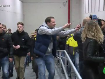 Orinando en la Puerta del Sol, lanzamiento de botellas y monedas... los ultras del Borussia Dortmund provocan el caos en Madrid