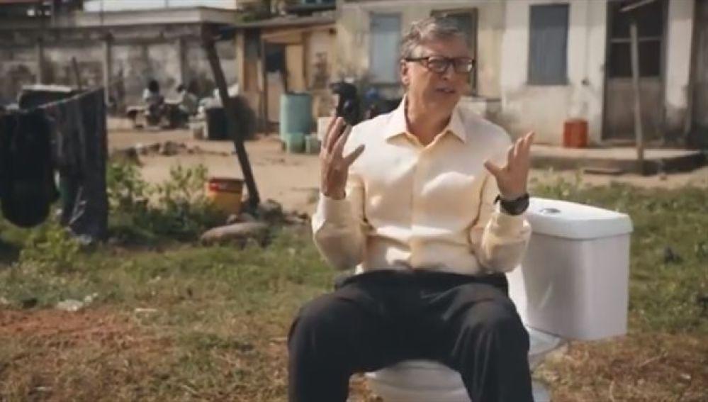 Bill Gates junto a uno de los inodoros