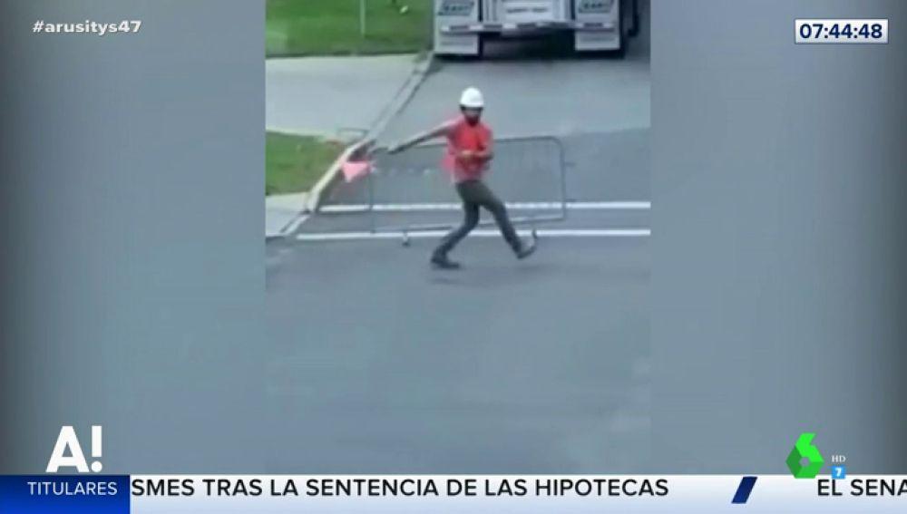 La divertida forma de dirigir el tráfico de un trabajador de la construcción que se ha hecho viral