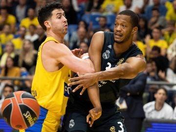 Randolph busca a un compañero durante el partido contra el Maccabi