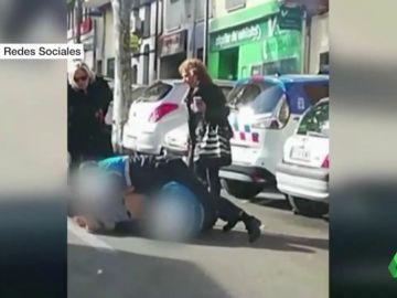 Un joven golpea su pareja menor de edad y luego agrede a dos agentes