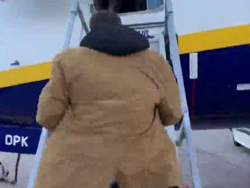 El sencillo truco para subir a un avión de Ryanair con tus pertenencias y no pagar que triunfa en Internet