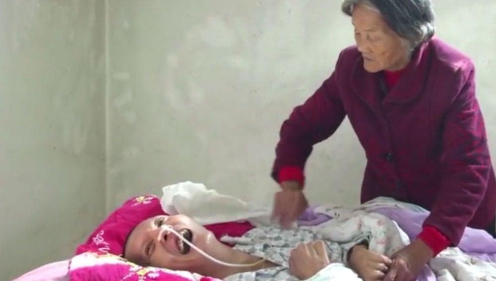 En la imagen, Wei Mingying cuidando de su hijo Wang Shoboa