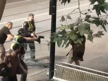 Captura de vídeo que muestra a los agentes de policía antes de detener a un hombre