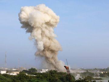Columna de humo originada por una de las explosiones en Mogadiscio