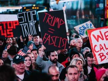 Personas se manifiestan en contra de Donald J. Trump