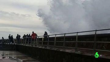 Una ola les arrolla cuando fotografiaban el mar de forma imprudente en San Sebastián