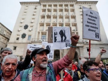 Consumidores y sindicatos concentrados ante el palacio de justicia de Sevilla