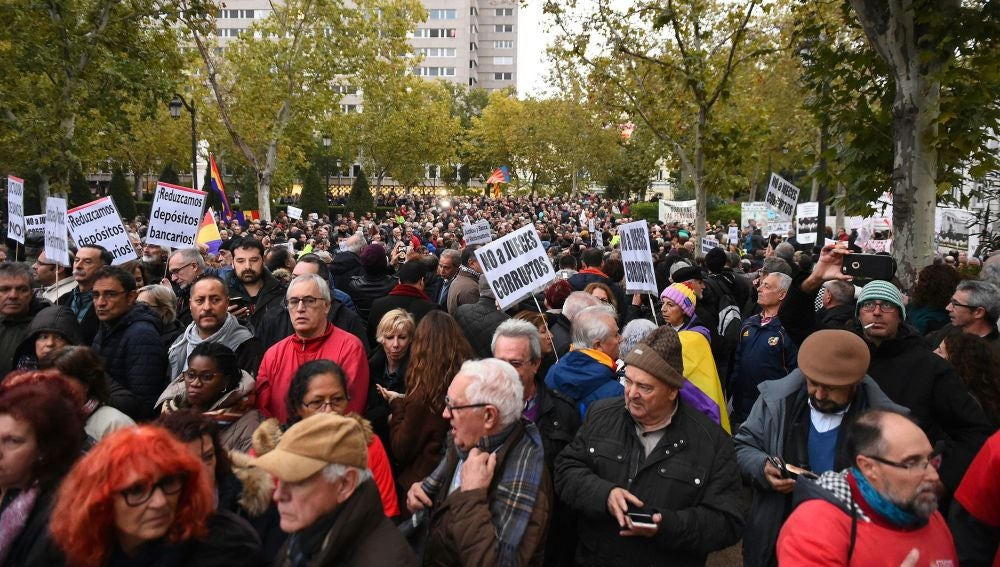 Cientos de personas se han concentrado hoy ante la sede del Tribunal Supremo en Madrid