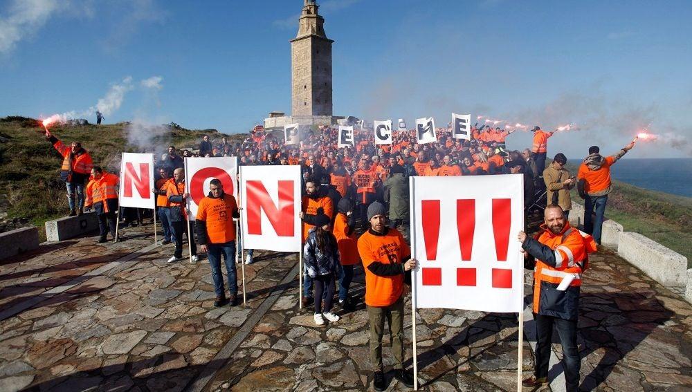 Trabajadores de Alcoa protestan frente a la sede de A Coruña