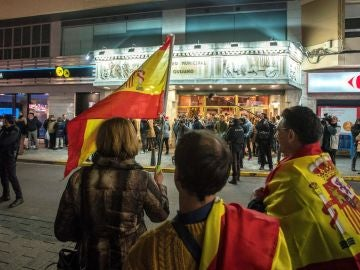 Protesta contra Dani Mateo ante el teatro en el que actuaba en Ciudad Real