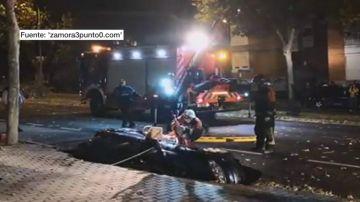 Un socavón 'se traga' un coche en Zamora