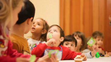 Varios niños en un comedor escolar