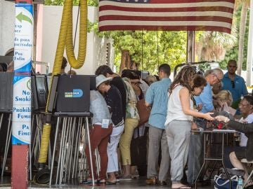 Registro de un grupo de personas al asistir el pasado 6 de noviembre a un colegio electoral de Miami Beach