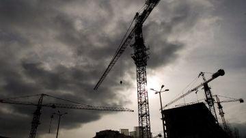 Grúas al lado de un edificio en construcción