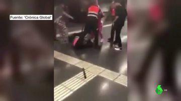 Las imágenes de la última agresión de un grupo de pasajeros a los vigilantes del metro de Barcelona
