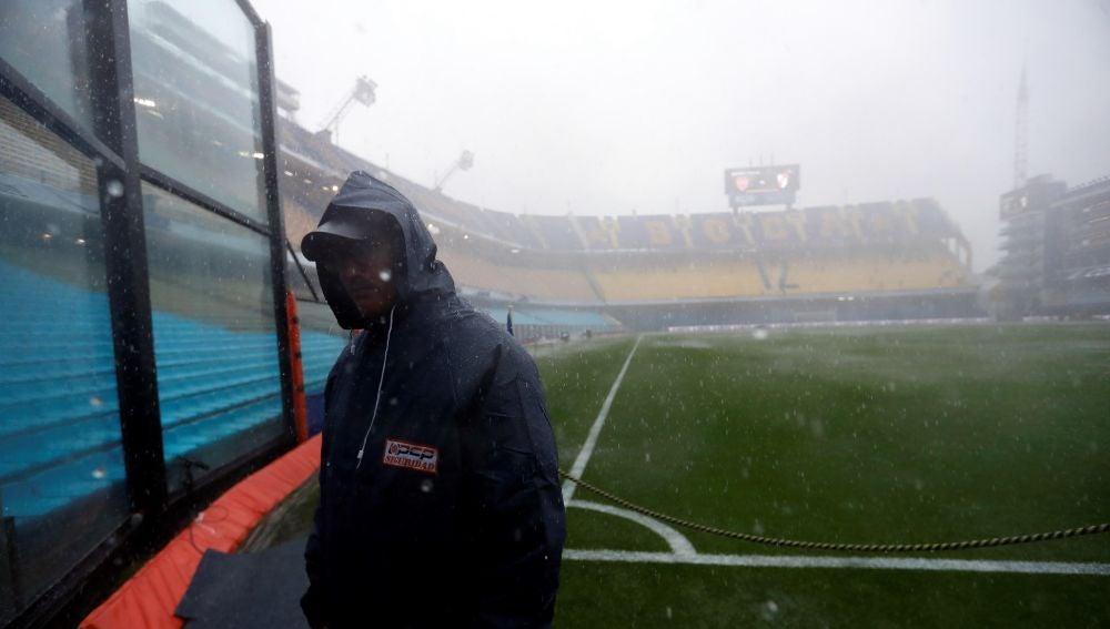 Un trabajador revisa las instalaciones del estadio la Bombonera