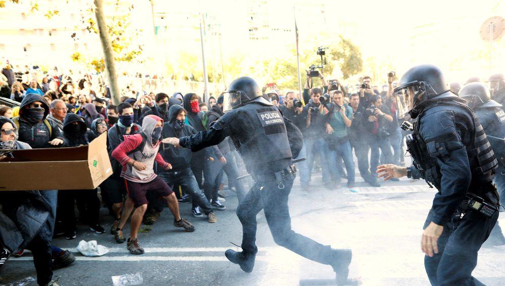 Los Mossos d'Esquadra han cargado en Barcelona contra manifestantes de los Comités de Defensa de la República