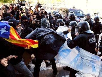 Cargas policiales durante la manifestación de los Comités de Defensa de la República (CDR) en Barcelona.