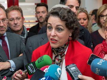 La ministra de Trabajo, Migraciones y Seguridad Social, Magdalena Valerio, atiende a los medios.