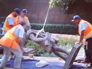 """Los Ángeles retira una estatua de Cristóbal Colón como un acto de """"justicia"""" porque """"contribuyó al mayor genocidio registrado"""""""
