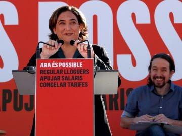 La alcaldesa de Barcelona, Ada Colau, y el secretario general de Podemos, Pablo Iglesias, durante el acto