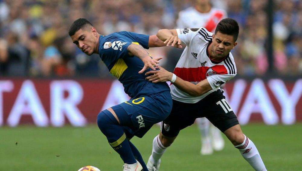 Lucas Olaza disputa el balón con Gonzalo Martínez