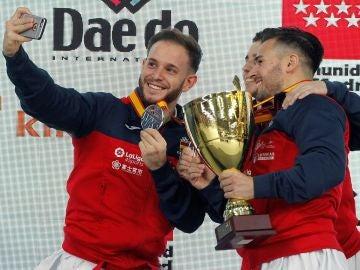 Los españoles José Manuel Carbonell, Sergio Galán y Francisco José Salazar posan con la medalla de plata en la modalidad de kata