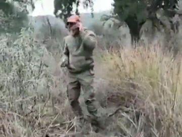 El indignante vídeo en el que un cazador tira piedras a un jabalí moribundo mientras hace bromas por teléfono