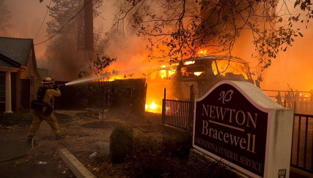 Imagen de bomberos trabajando en el incendio de California