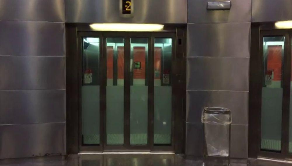 El ascensor donde un grupo de jóvenes agredieron sexualmente a una joven en Santa Coloma