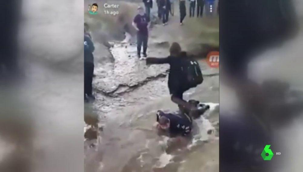 Humillan y graban a un compañero de clase con parálisis cerebral: le utilizan como puente humano para cruzar un arroyo