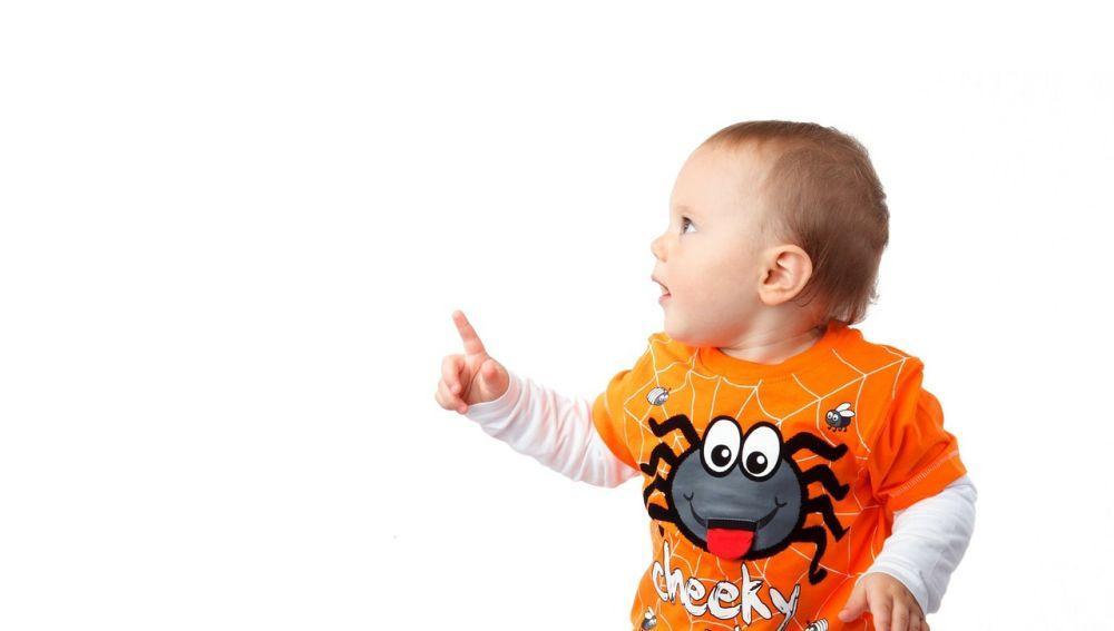 Fotografía de un bebe señalando con el dedo