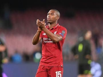 Daniel Sturridge aplaude a los aficionados del Liverpool