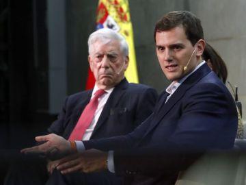 El escritor Mario Vargas Llosa junto al líder de Ciudadanos, Albert Rivera
