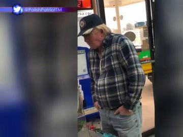 Un hombre en una gasolinera, ¿será Donald Trump?