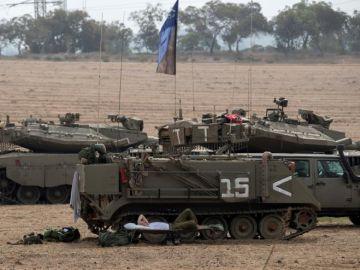 Vehículos blindados israelíes desplegados junto a la frontera israelí con Gaza