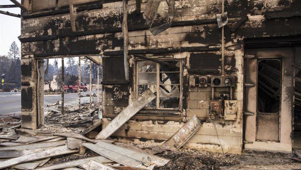 """Un negocio tras ser destruido por el incendio de """"Camp Fire"""" de California"""