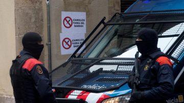 Dos Mossos d'Esquadra durante otra operación contra el narcotráfico en Barcelona